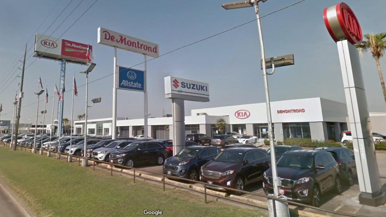 Man suing after losing finger at Houston auto dealership