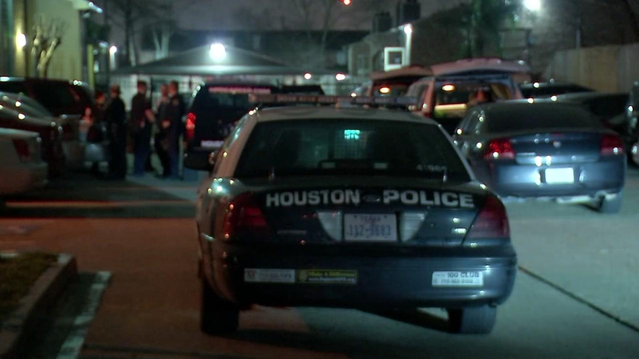 Man fatally shot inside southwest Houston apartment