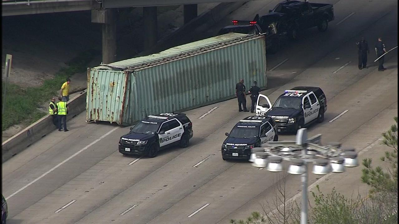 Big rig hits Houston Ave. bridge at I-10