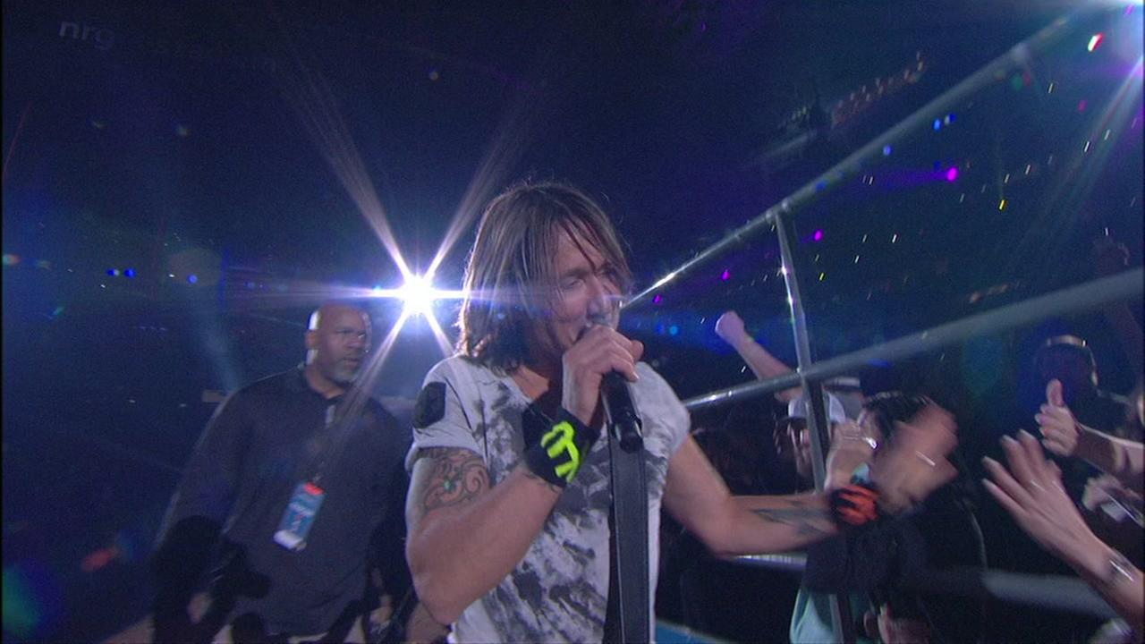 Keith Urban leaves Rodeo stage for fans