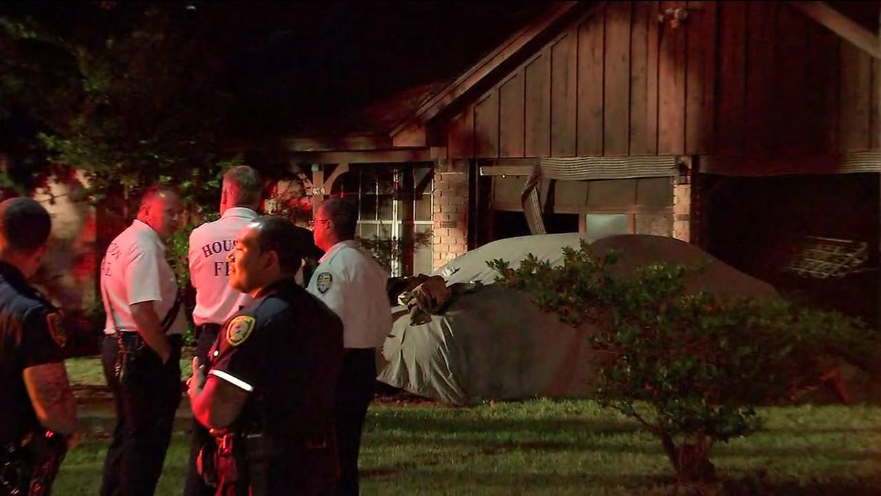 One person killed in house fire in northwest Houston