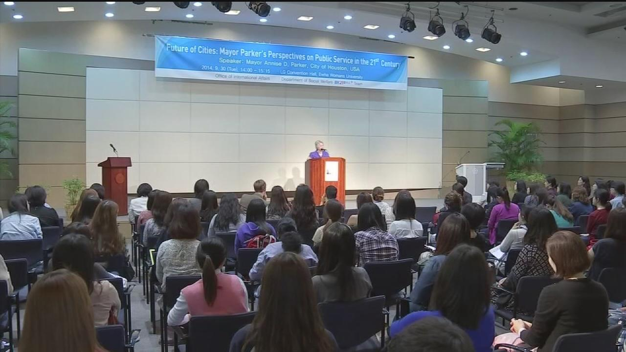 Mayor Parker addresses college students in Seoul