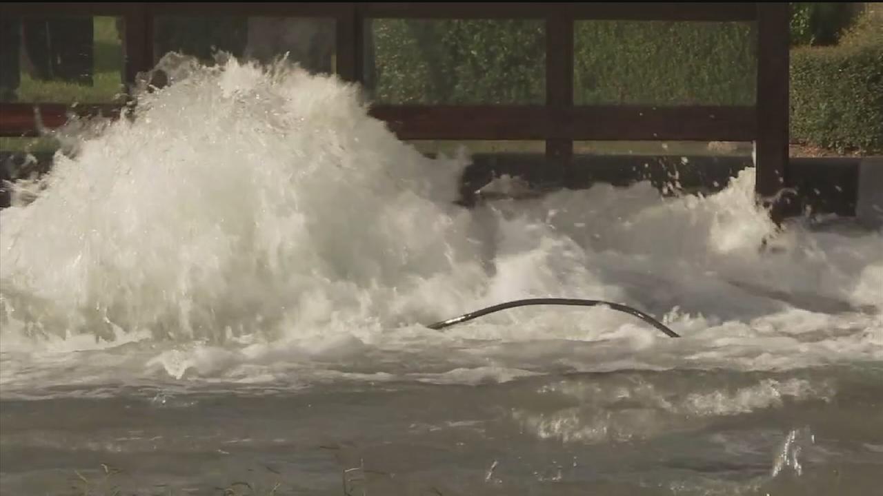 Water main break in SW Houston floods streets
