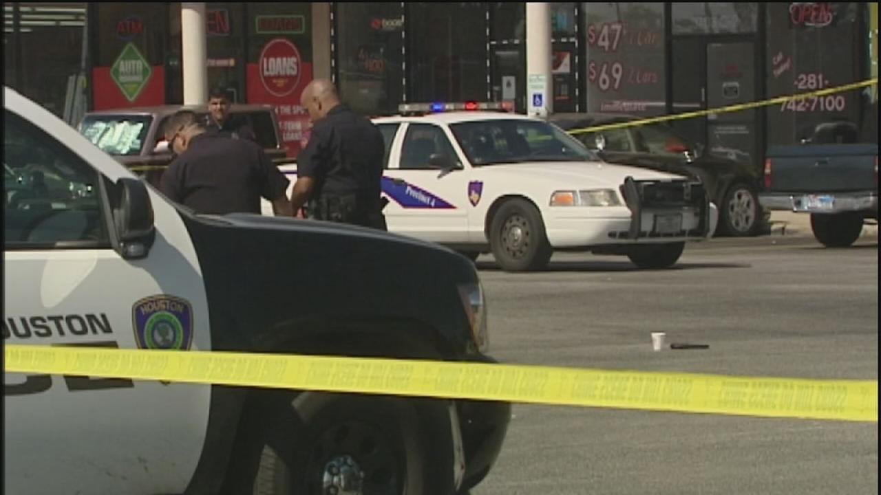 Off-duty officers open fire on robbery suspects