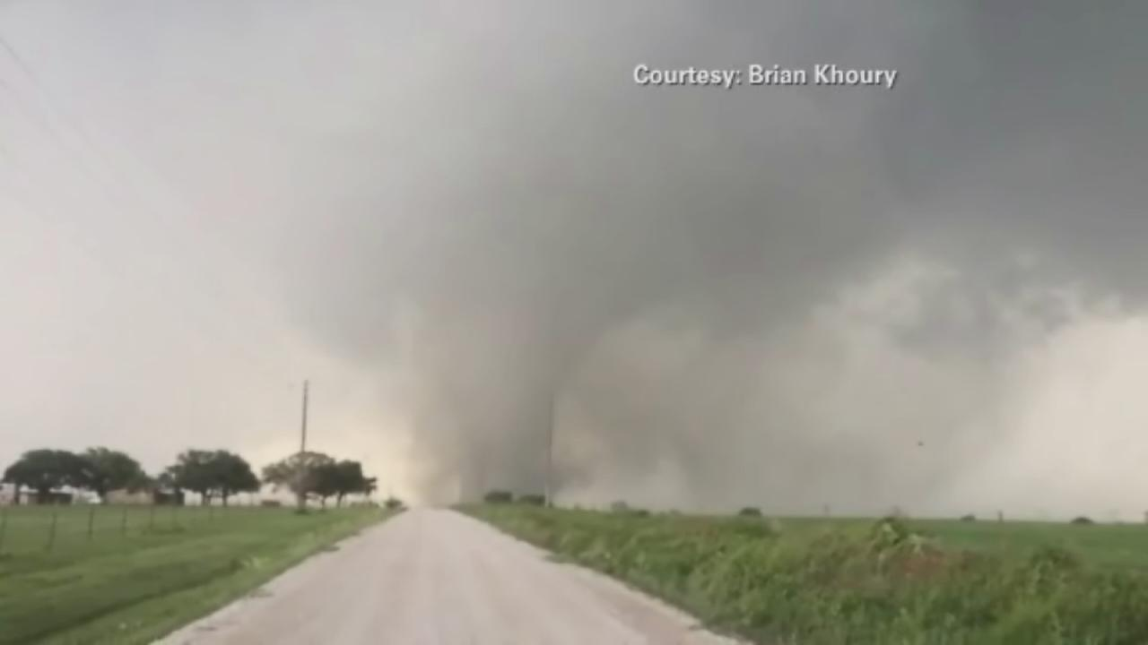 Tornado ripts through north Texas