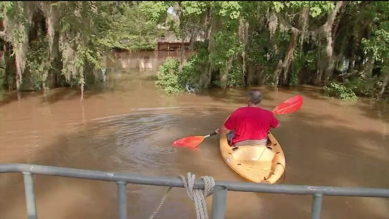 Rising San Jacinto River forces some residents out of homes