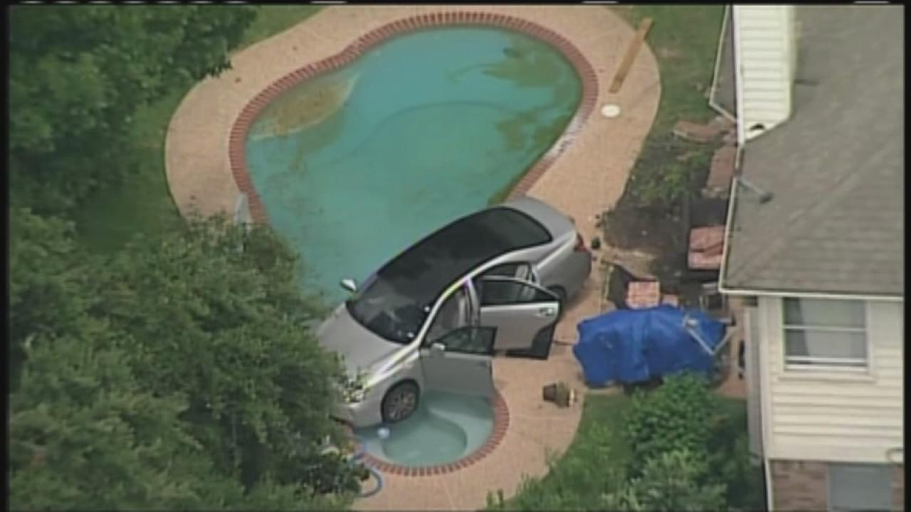 Car goes into Missouri City pool
