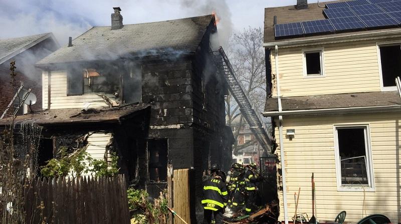 Un catastrófico incendio estalló el domingo en una casa de dos pisos en Queens, matando al menos a cinco personas, incluyendo a tres niños
