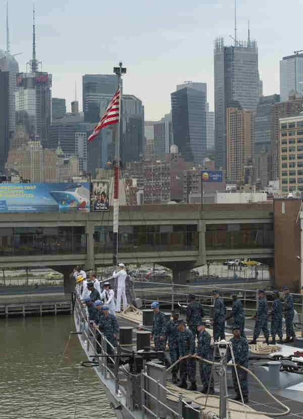 "<div class=""meta image-caption""><div class=""origin-logo origin-image ""><span></span></div><span class=""caption-text"">Sailors aboard the USS Oak Hill (LSD 51) extend mooring lines to Pier 92 during the parade of ships. (Fleet Week NY website )</span></div>"