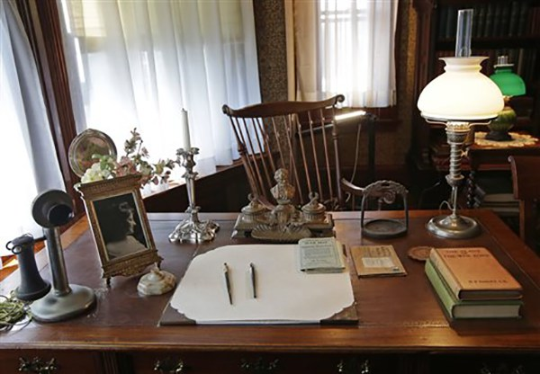 "<div class=""meta image-caption""><div class=""origin-logo origin-image ap""><span>AP</span></div><span class=""caption-text"">A period telephone, an Abraham Lincoln inkwell, and stirrup and a photograph of his wife Edith sit on Theodore Roosevelt's desk in his library at Sagamore Hill in Oyster Bay, N.Y. (AP Photo/Kathy Willens)</span></div>"