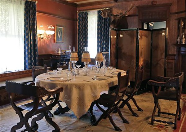 "<div class=""meta image-caption""><div class=""origin-logo origin-image ap""><span>AP</span></div><span class=""caption-text"">President Theodore Roosevelt's formal dining room at his ""Summer White House"" in Sagamore Hill in Oyster Bay, N.Y. (AP Photo/Kathy Willens)</span></div>"