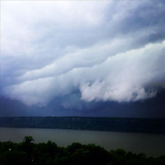 Severe thunderstorms over the Hudson River. <span class=meta>(RCauvin)</span>