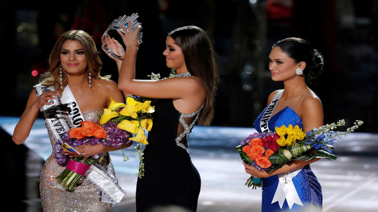 Former Miss Universe Paulina Vega, center, removes the crown from Miss Colombia Ariadna Gutierrez, left, before giving it to Miss Philippines Pia Alonzo Wurtzbach.