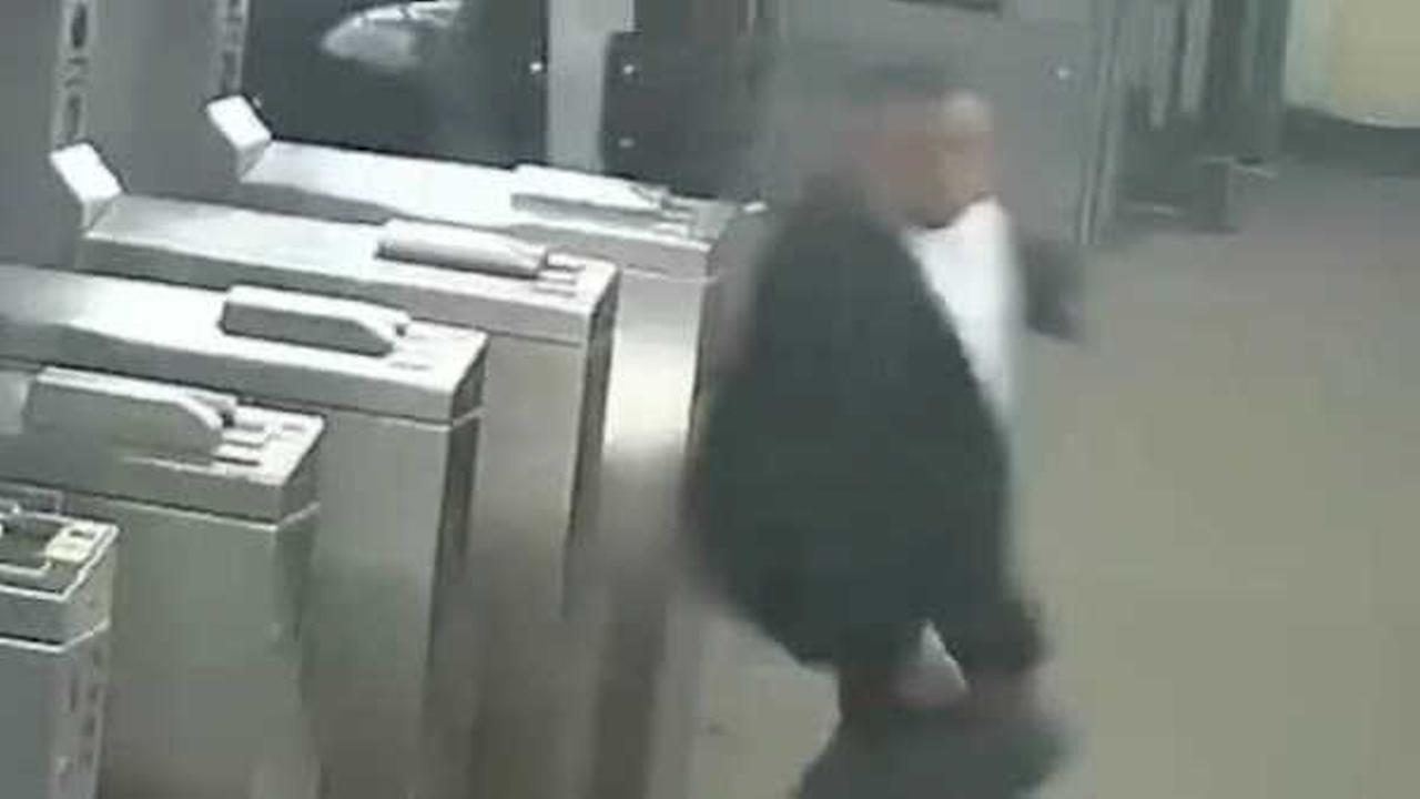 Police looking for man who pushed teen in front of subway train in Queens