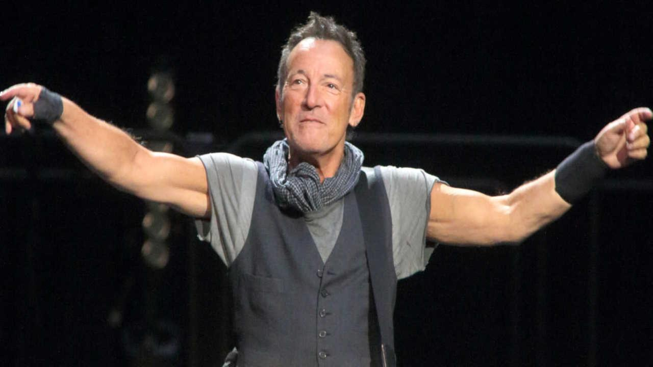 Bruce Springsteen pays tribute to Prince at Barclays Center concert