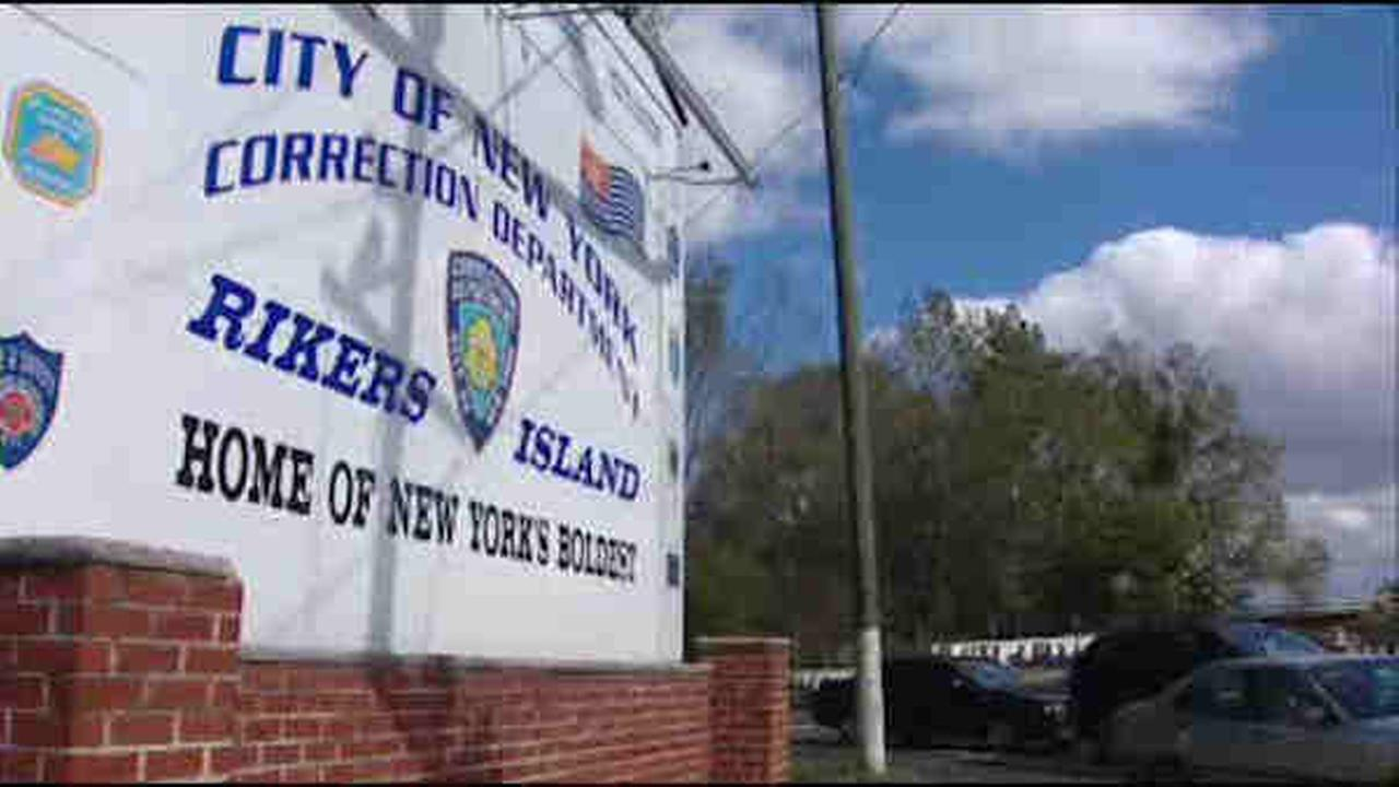 2 Rikers Island guards charged after sweep for drugs, weapons