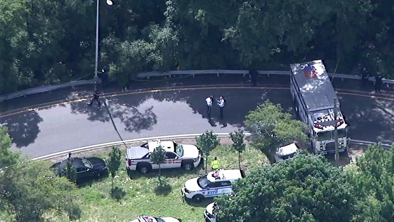 2 dead after car runs off road in East Elmhurst, Queens