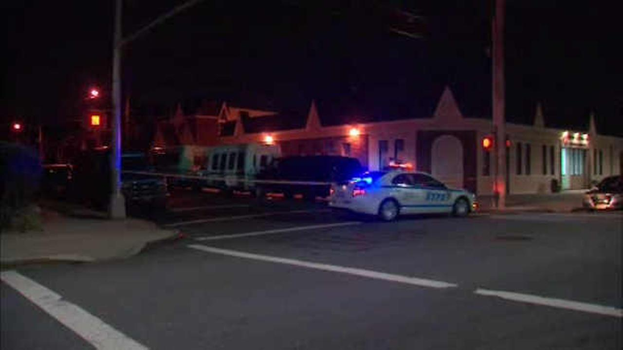Off-duty correction officer shot in leg in apparent robbery in Queens