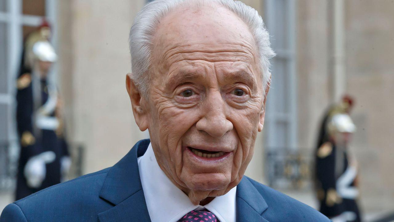 Former Israeli President Shimon Peres talks to the media after a meeting with French President Francois Hollande at the Elysee Palace in Paris, March 25, 2016.