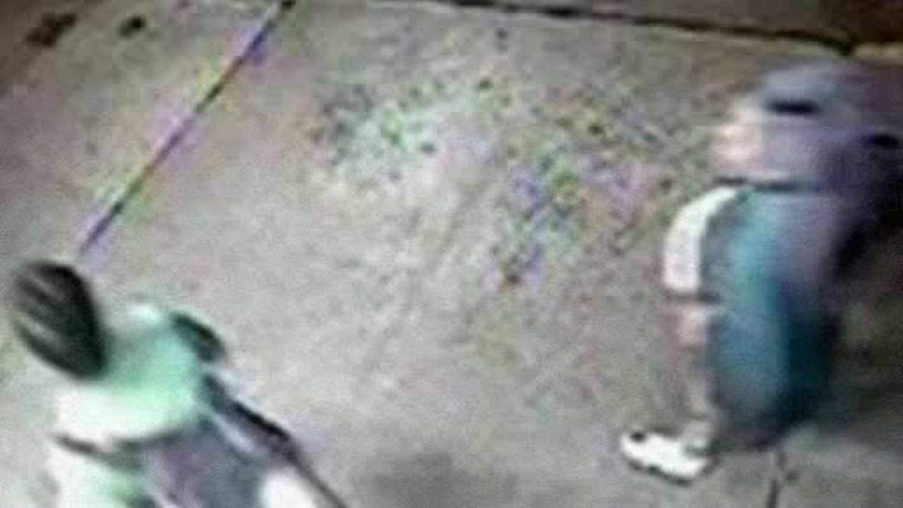 Search for suspects who robbed elderly woman in Manhattan