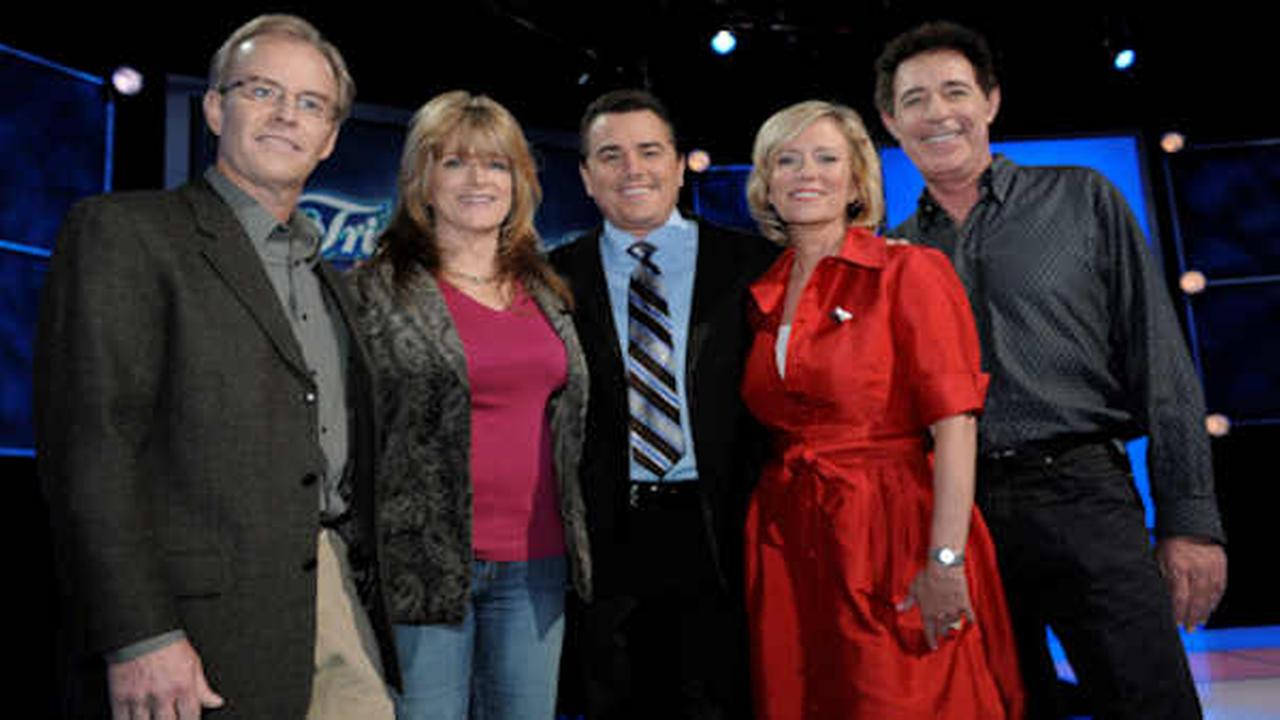 The Brady Bunch original cast members, from left, Mike Lookinland, Susan Olsen, Christopher Knight, Eve Plumb and Barry Williams pose together in 2008.  (AP Photo/Chris Pizzello)