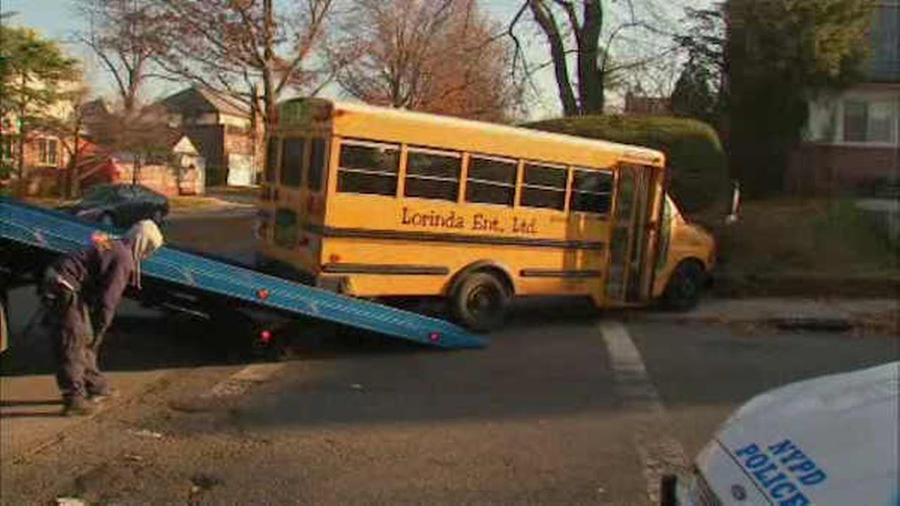 School bus jumps curb, crashes in Fresh Meadows, Queens; 8 minor injuries