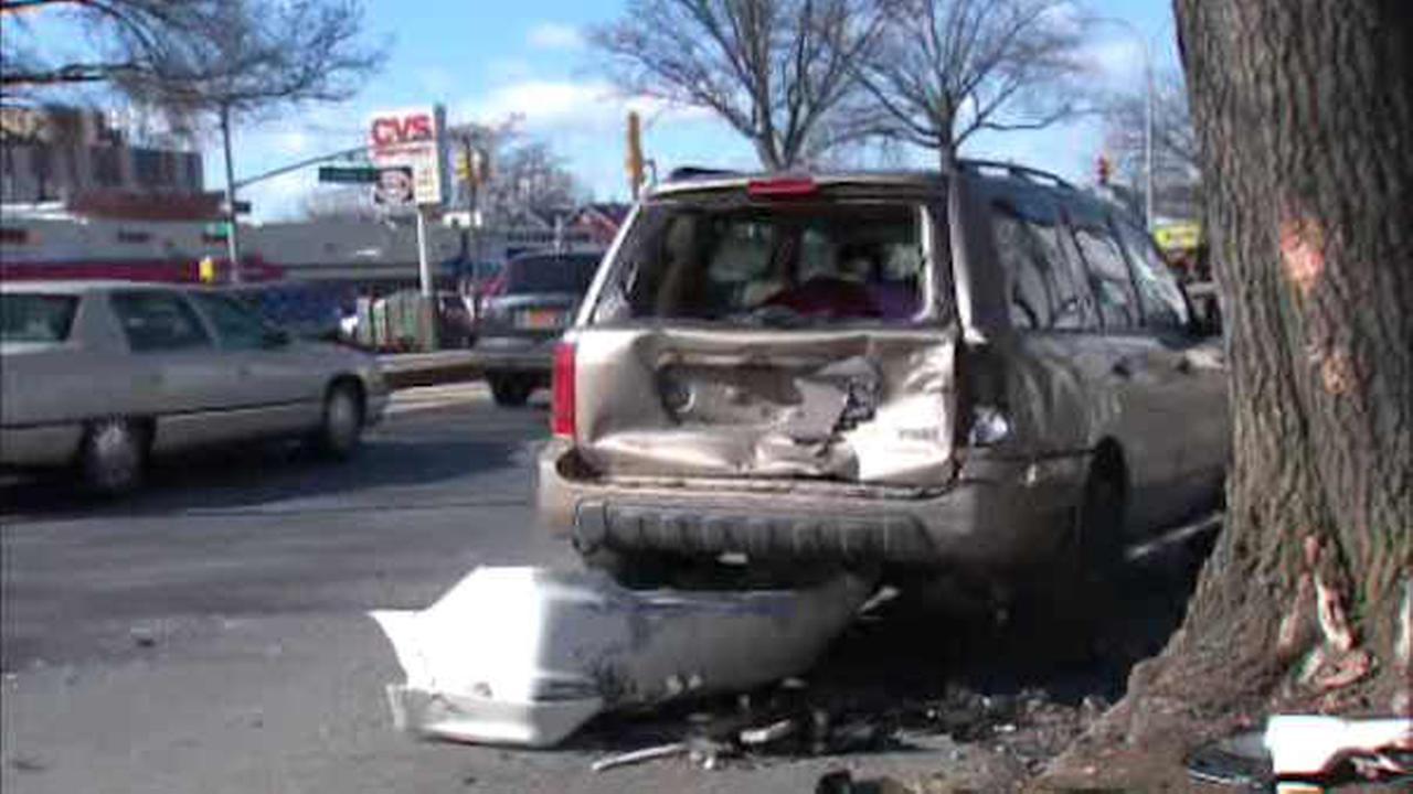 Police: Driver flees scene of crash in Queens, leaving injured passenger behind