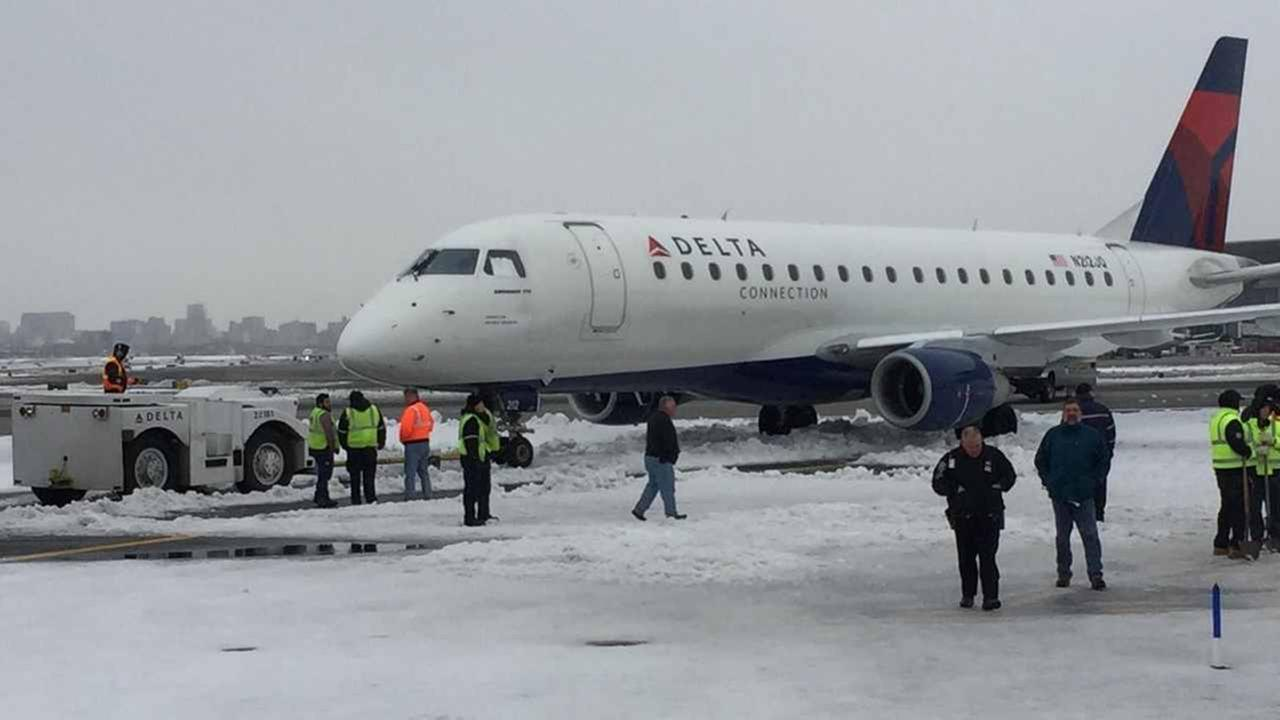 Delta plane briefly stuck in snow at LaGuardia, Port Authority says