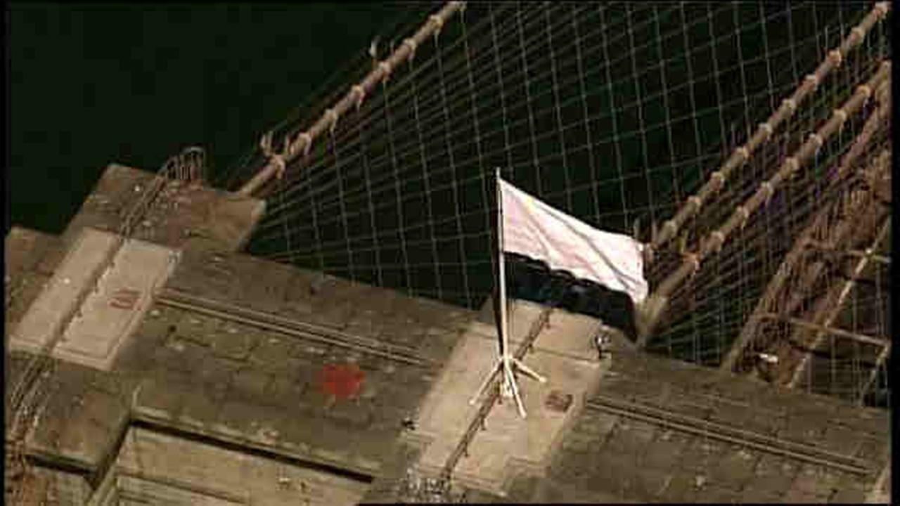 brooklyn bridge flags turn white