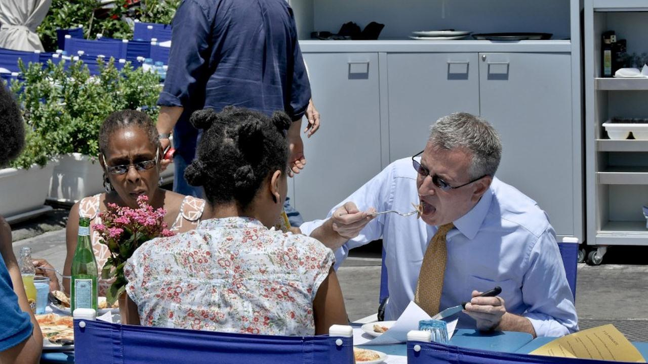 mayor bill de blasio fork pizza
