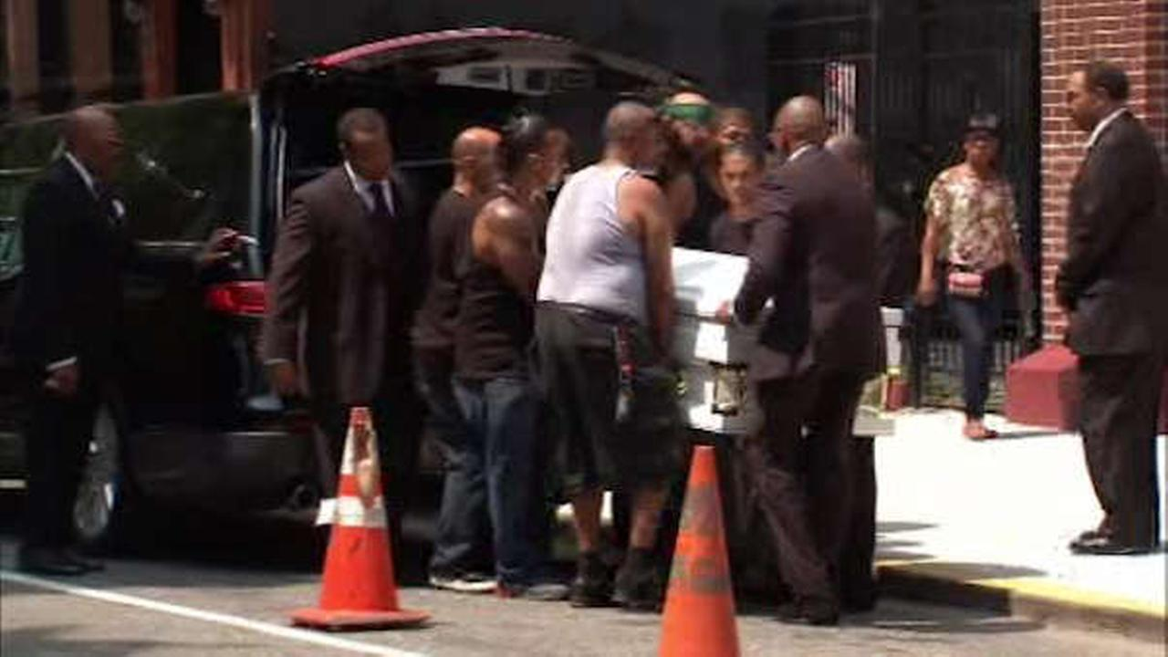 Hundreds attend funeral for Eric Garner in Brooklyn>