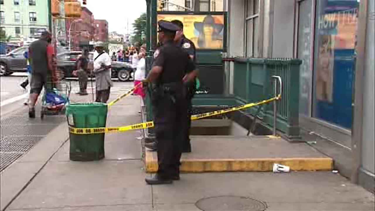 NYPD searching for suspect in slashing at subway stop in East Harlem