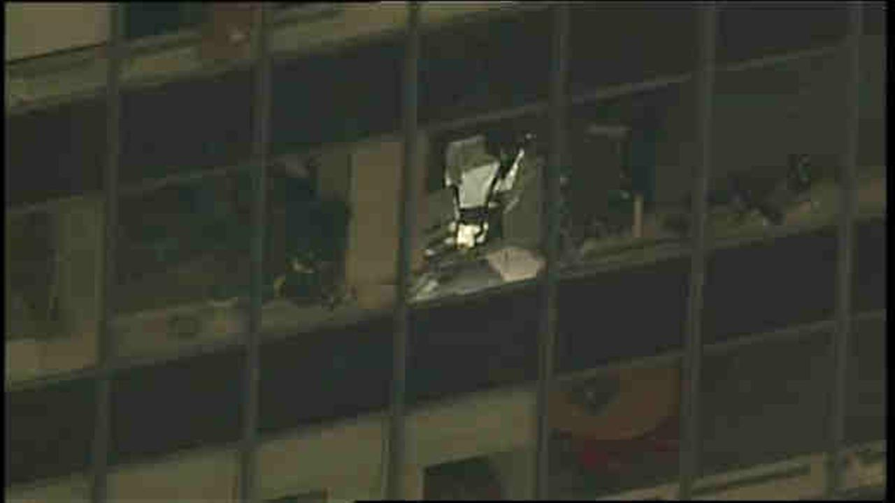 3 injured when glass falls from midtown building
