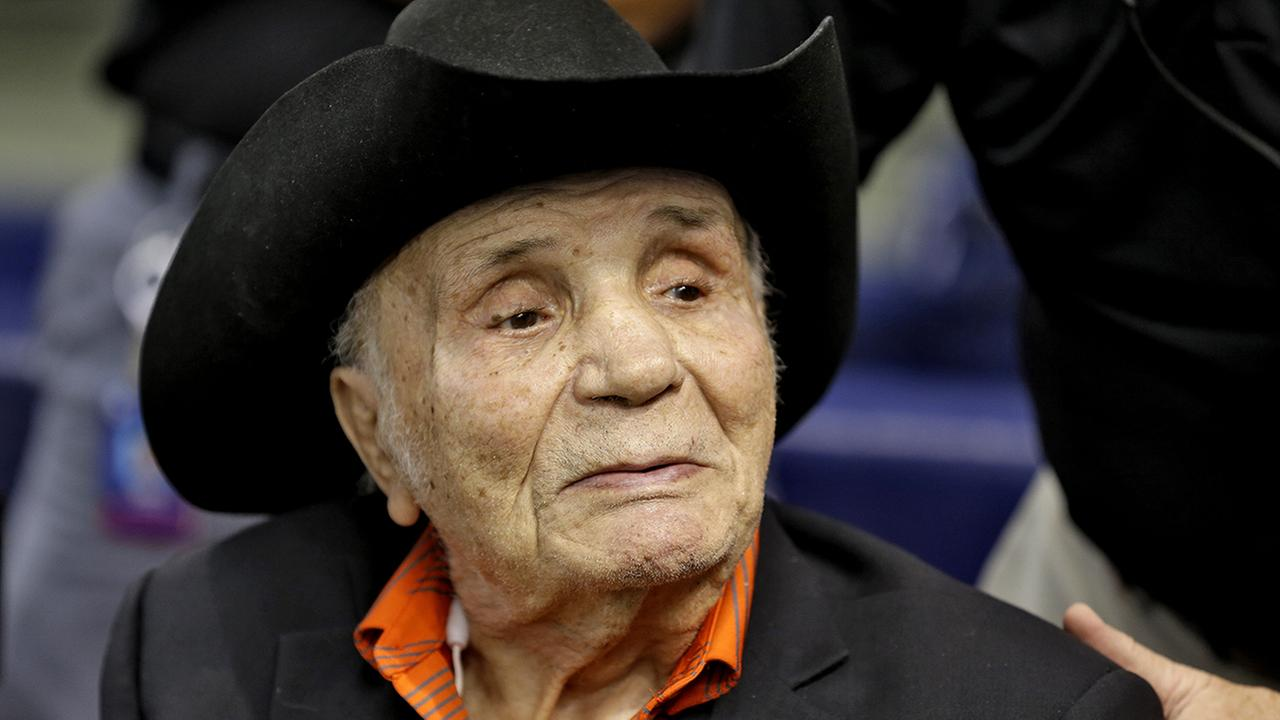 Former middleweight boxing champion Jake LaMotta watches batting practice before a baseball game between the Tampa Bay Rays and the New York Yankees Tuesday, Sept. 15, 2015
