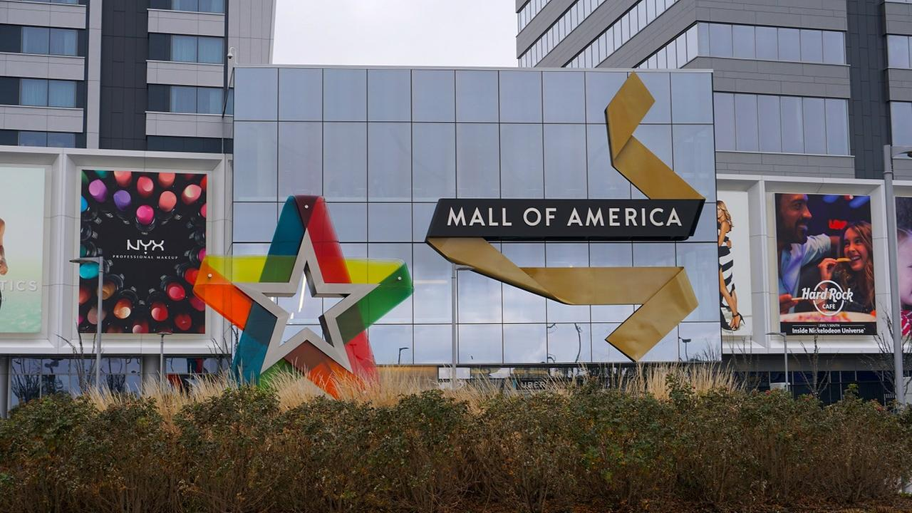 Suspect in custody after 2 men stabbed at Mall of America
