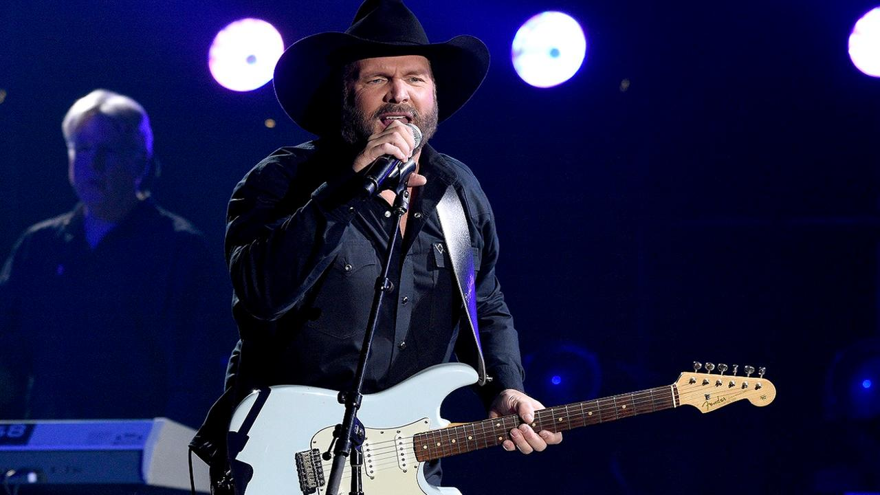 Concertgoers left in the dark during Garth Brooks show in Newark