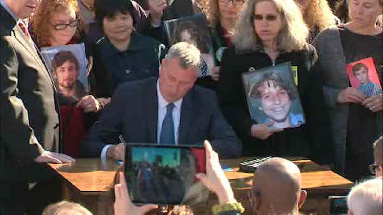 Mayor de Blasio signs bill to reduce speed limit to 25 mph in New York City