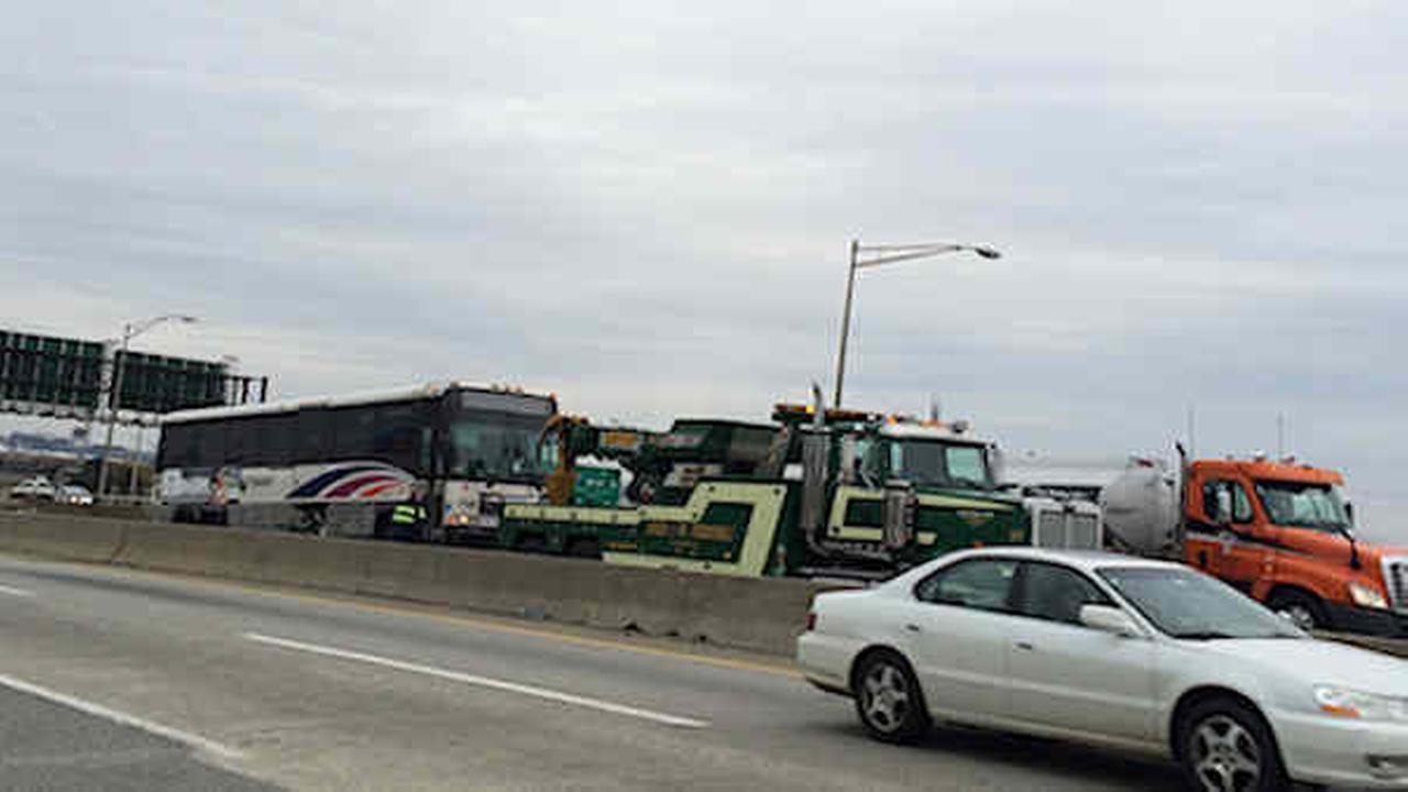 nj transit bus struck by military vehicle on new jersey turnpike 8 injured. Black Bedroom Furniture Sets. Home Design Ideas