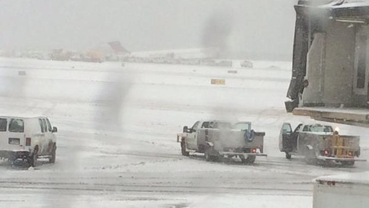 laguardia plane off runway