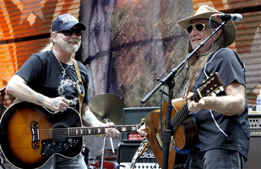 """<div class=""""meta image-caption""""><div class=""""origin-logo origin-image ap""""><span>AP</span></div><span class=""""caption-text"""">Gregg Allman, left, and Willie Nelson perform together at Farm Aid on Randall's Island Sunday, Sept. 9, 2007 in New York.  (AP Photo/Jason DeCrow) (AP)</span></div>"""