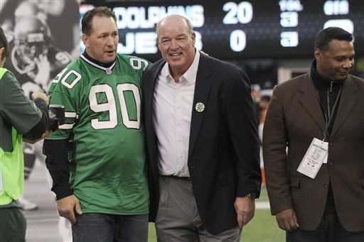 """<div class=""""meta image-caption""""><div class=""""origin-logo origin-image ap""""><span>AP</span></div><span class=""""caption-text"""">Dennis Byrd, left, hugs Marty Lyons, center, as Freeman McNeil, right, looks on as Byrd's number is retired. (AP)</span></div>"""