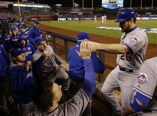 "<div class=""meta image-caption""><div class=""origin-logo origin-image none""><span>none</span></div><span class=""caption-text"">New York Mets second baseman Daniel Murphy (28) is congratulated by teammates after scoring on an RBI single by Lucas Duda. (AP Photo/ Matt Slocum)</span></div>"