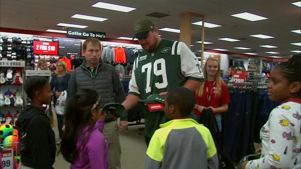 NY Jets, NYPD take students on holiday shopping spree