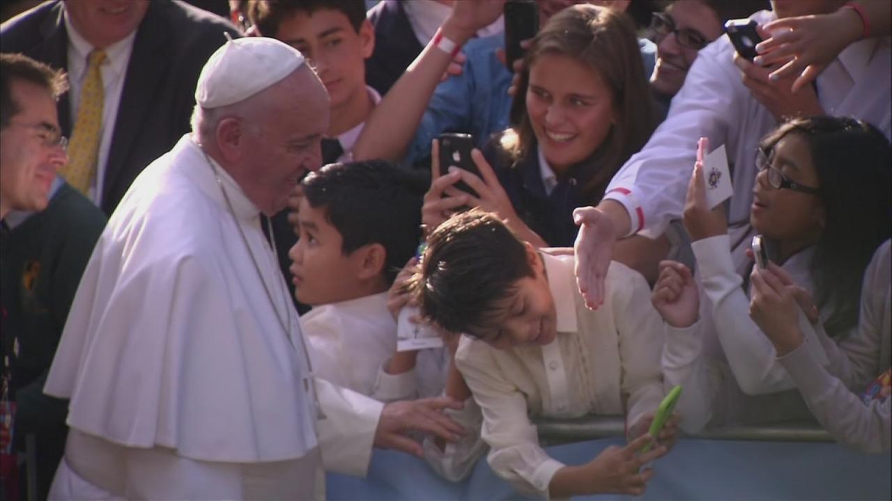 Boy gets pope selfie