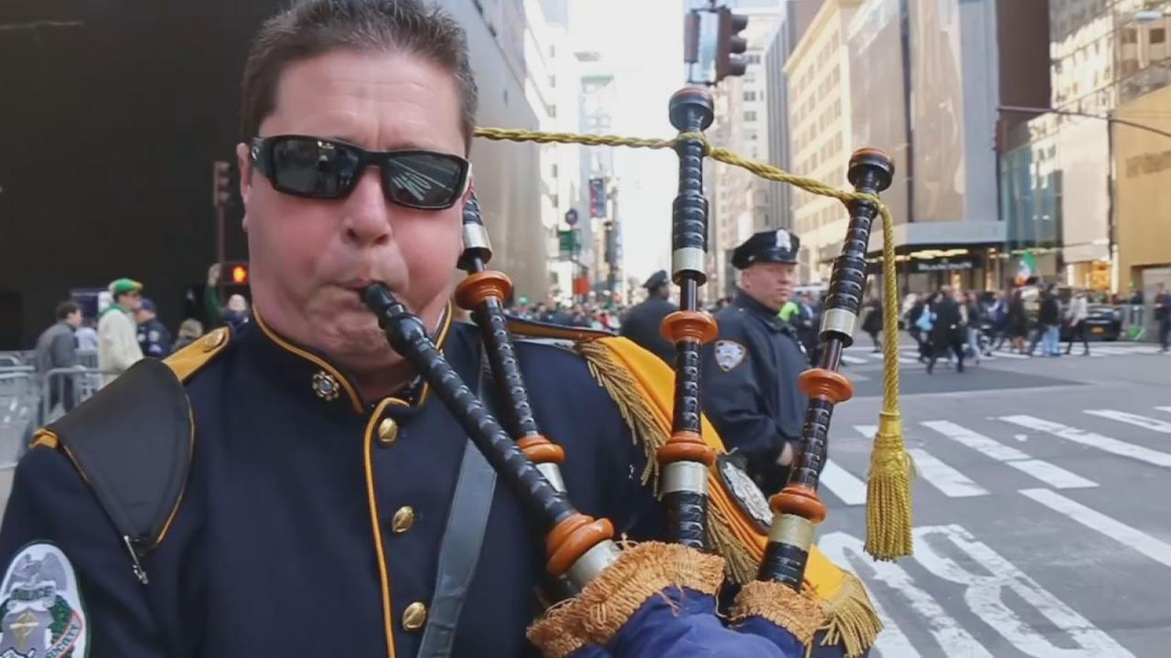 How to play the bagpipes