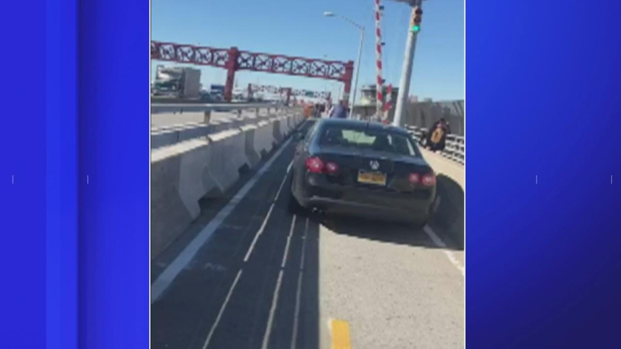 Person captured driving in bike lane on Pulaski Bridge