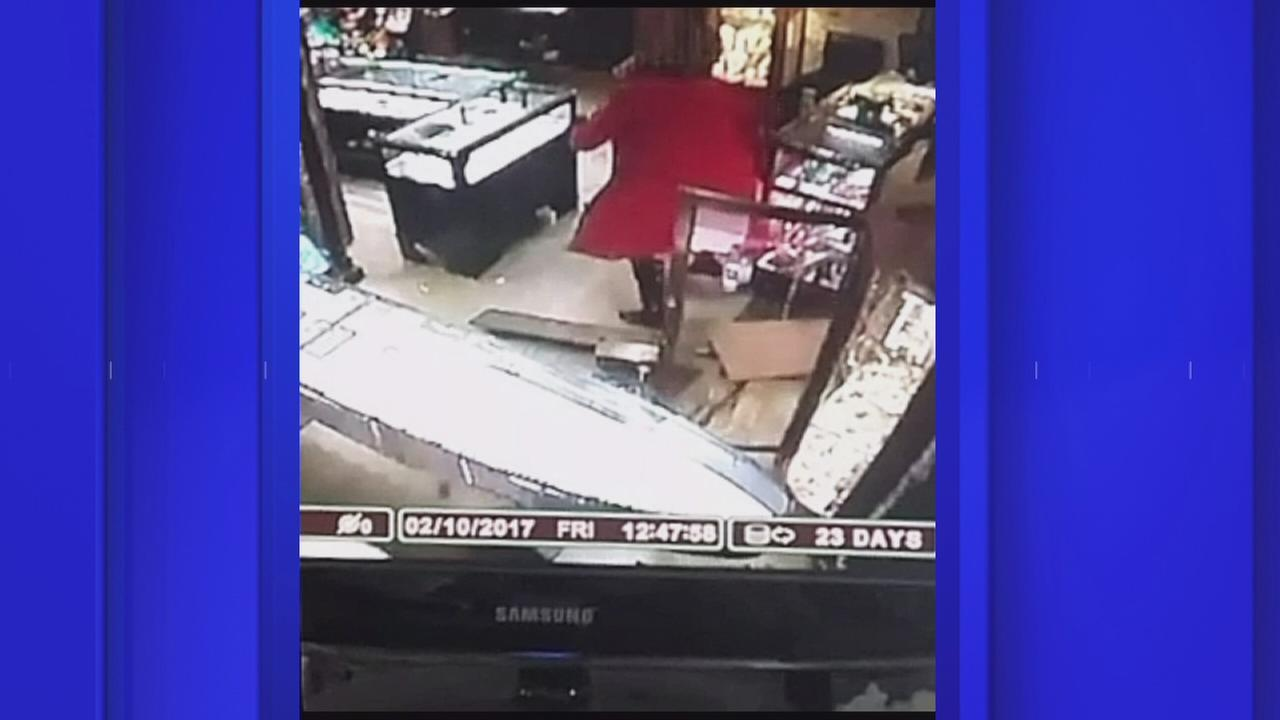Brooklyn store owner fights back against knife-wielding robbers