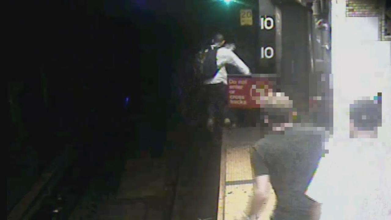Purse snatching suspect jumps onto subway tracks