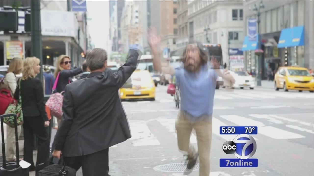 Man delivers high5s to random strangers