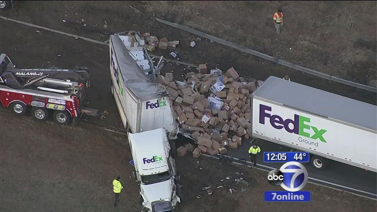 Fed Ex tractor trailer overturns, spills hundreds of packages on I-287 in Mahwah